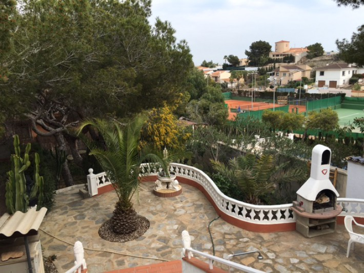 Semi-detached house on large plot in Los Balcones