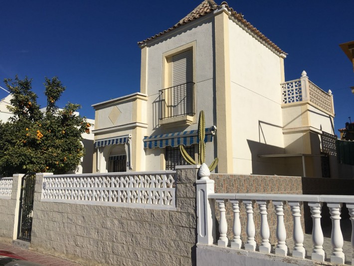 Corner house in central location close to Habaneras shopping complex in Torrevieja