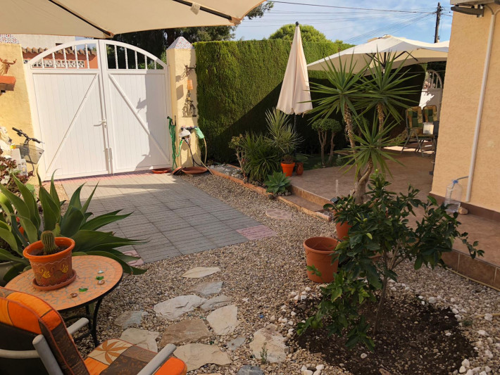 Very well presented corner house with beautiful garden area