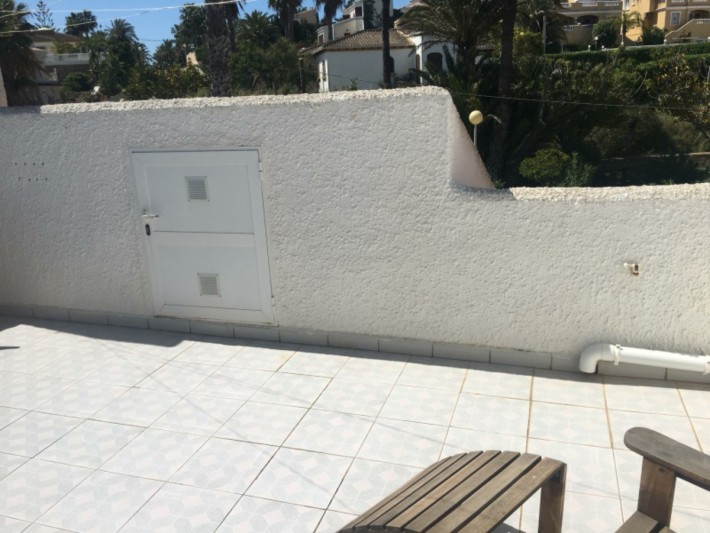 Large end-terrace house only 100m from the beach!