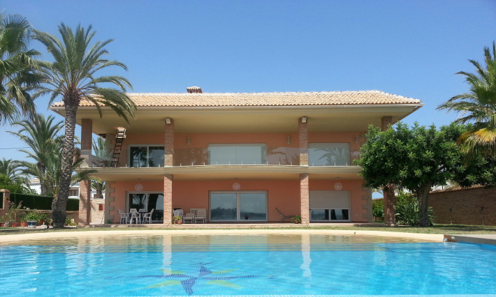 Beautiful detached front line villa in Cabo Roig