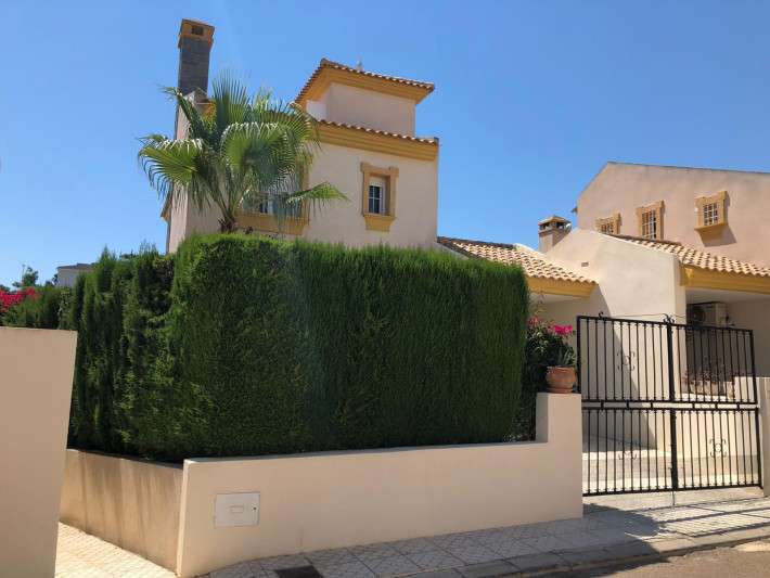 Well presented south-facing villa 300m from the beach!
