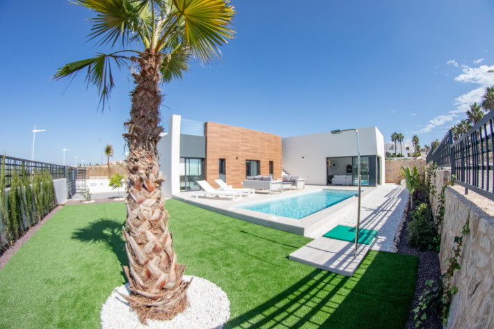 Newbuild detached villas on one level with private pool