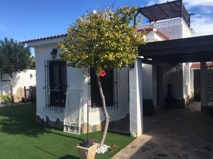 Detached villa on one level with separate apartment