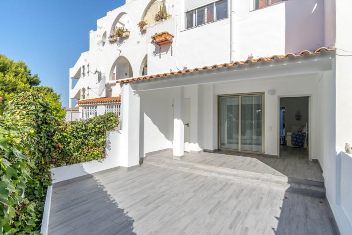 Completely renovated South-facing apartment with 2 large terraces near the beach