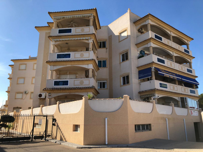 Well presented South-facing apartment with seaviews and garage