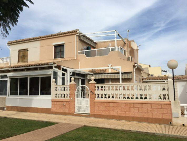 Well presented south-facing corner house in Playa Flamenca