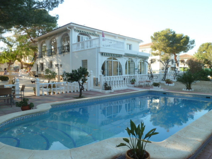 Villa with separate apartment and private pool