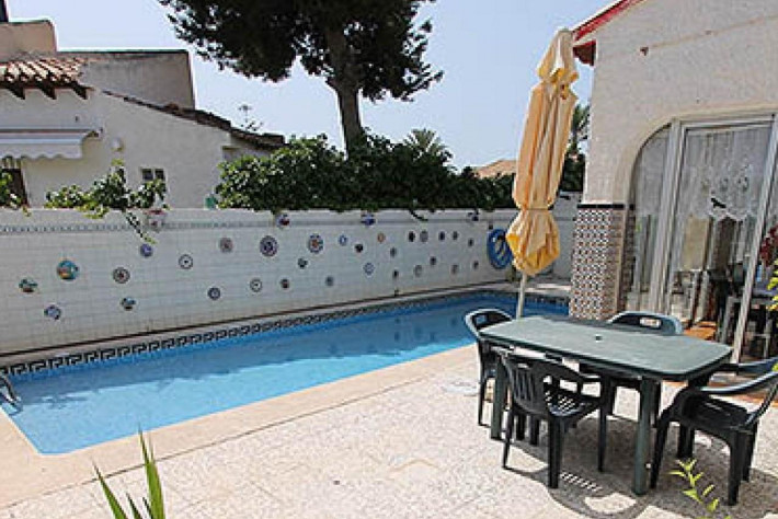 Villa on one level with private pool close to the beach!