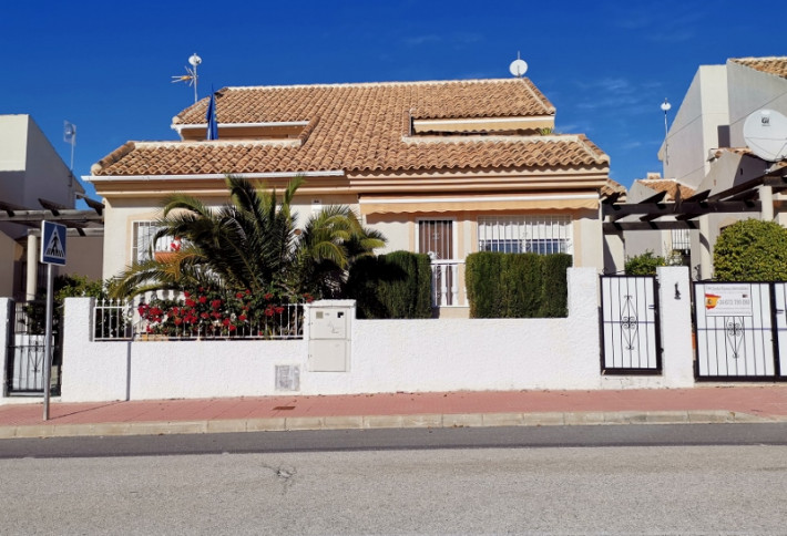 Semi-detached house in good location in Quesada