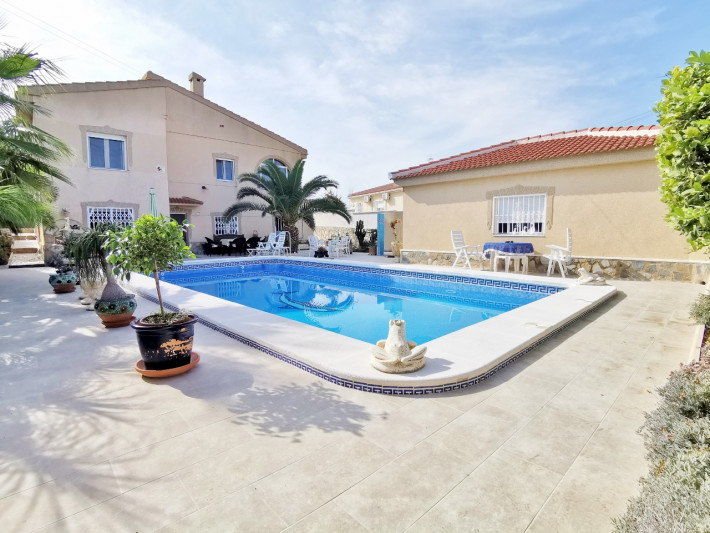 Well presented villa with separate apartment in Quesada