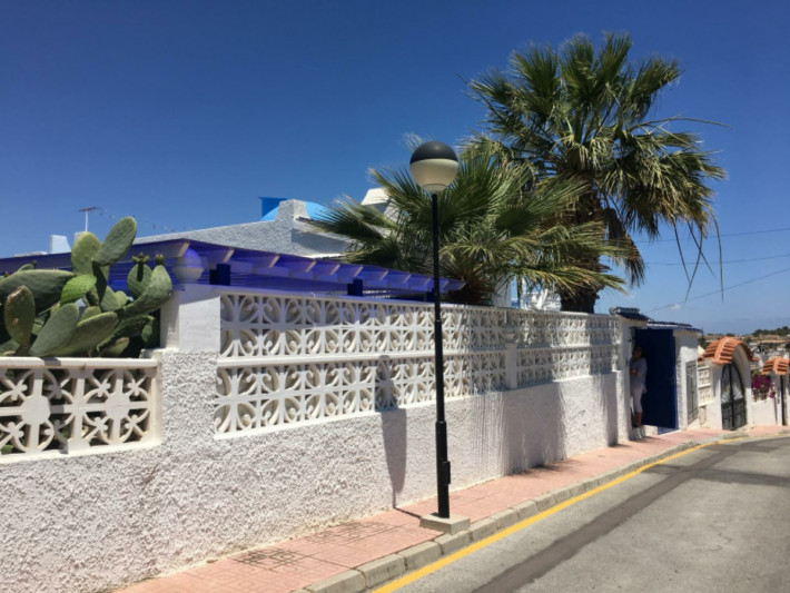 Well presented detached villa with large separate apartment