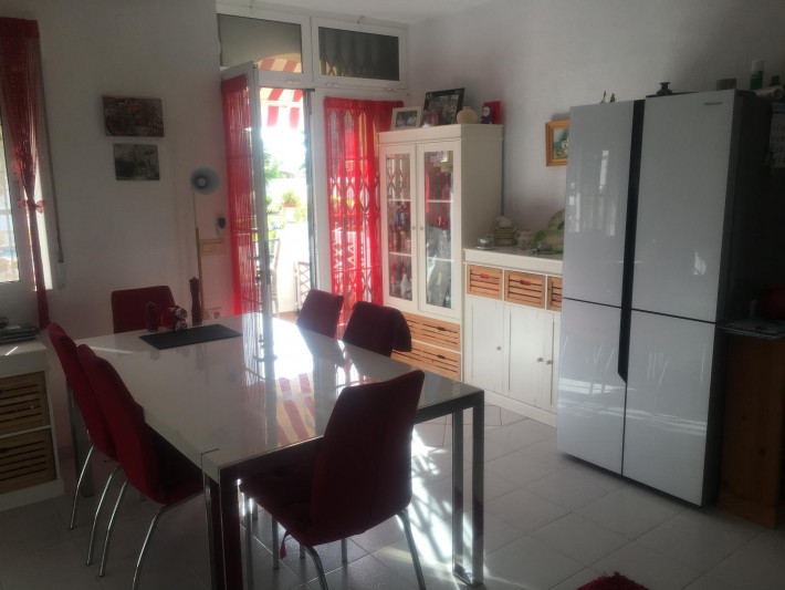 Beautifully renovated spacious apartment in sunny location