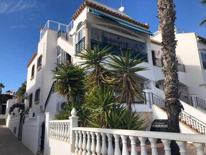 Upstairs apartment with great views in Villamartin